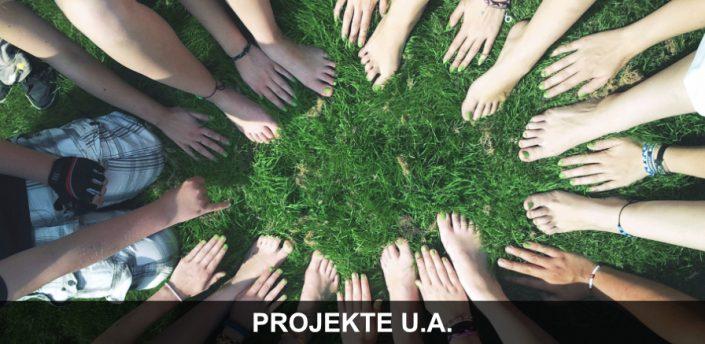 Service - Gruppe von SportlerInnen bilden Kreis am Spielfeld